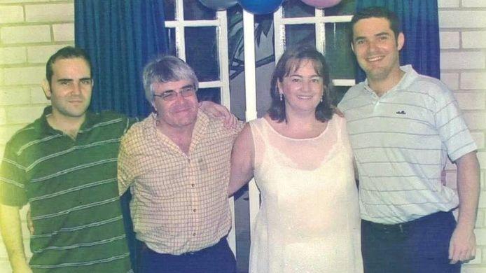 Francis Goncalves (rechts) met zijn ouders en broer.