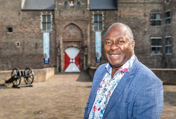 Wethouder Andrew Harijgens bij het kasteel in Helmond.