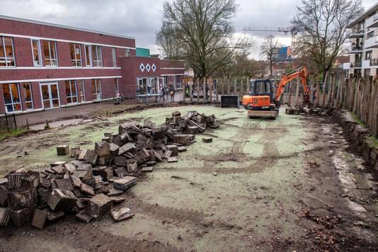 Ontmanteling van het voetbalveldje van basisschool De Buut in Nijmegen.
