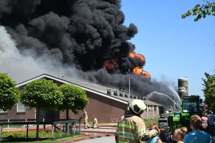 Bij de brand komt veel rook vrij.
