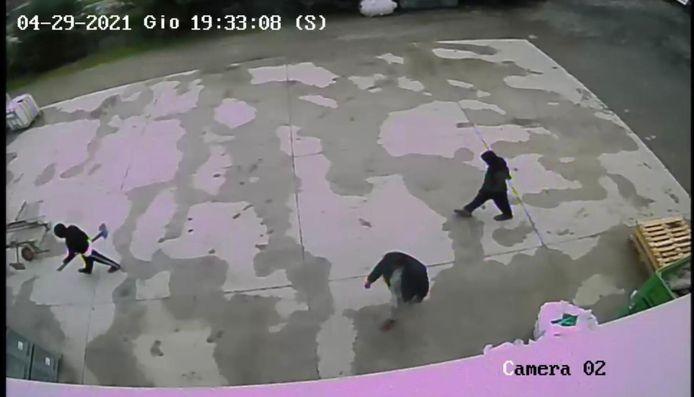 Bewakingscamerabeelden van de avond van 29 april: de oom van Saman en twee neven hebben gereedschap bij en lijken op weg om een graf te graven.