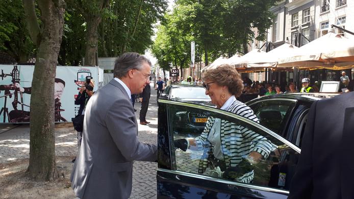 Commissaris van de Koning Van de Donkt verwelkomt prinses Margriet op de Parade.