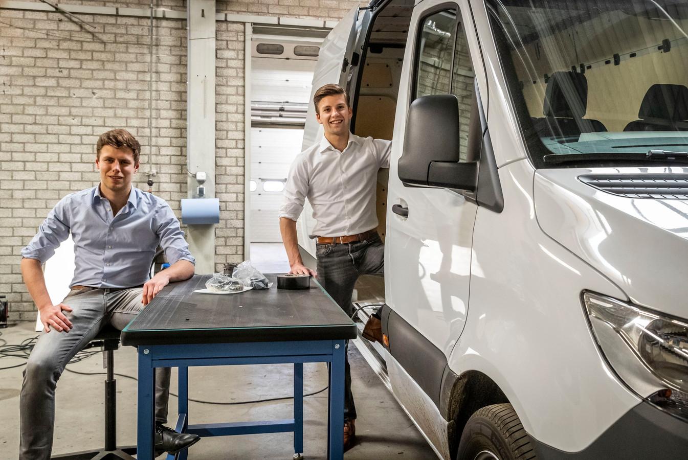 Alex Pap (l) en Horst Fietje van XYZ Dynamics uit Helmond, een van de deelnemers aan Mobility Lab,  bij het prototype van de door hen ontwikkelde hybride bus.