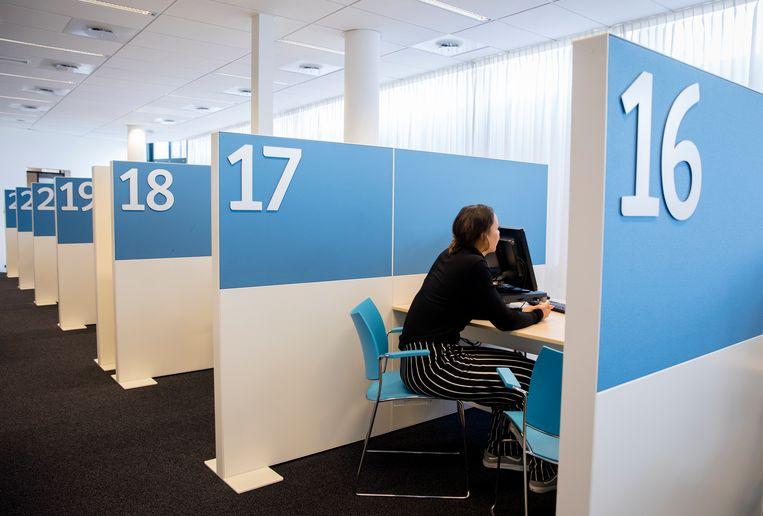 Een werkzoekende in gesprek bij een loket van het UWV. Beeld Bart Maat / Hollandse Hoogte /  ANP XTRA