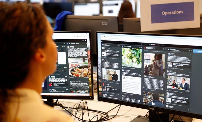 Een medewerker van Facebook in de zogeheten War Room, waar berichten over verkiezingen worden gecontroleerd.