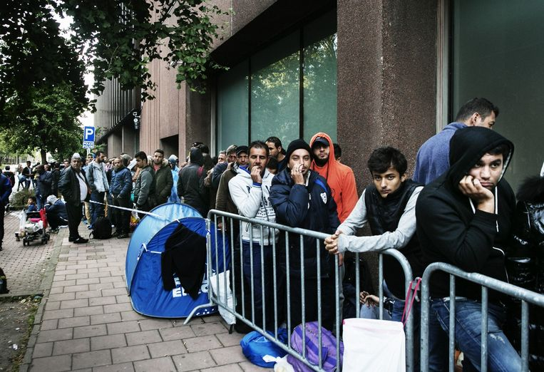 Honderden asielzoekers in de rij voor de Dienst Vreemdelingenzaken in de asielpiek van 2015.  Beeld Tim Dirven