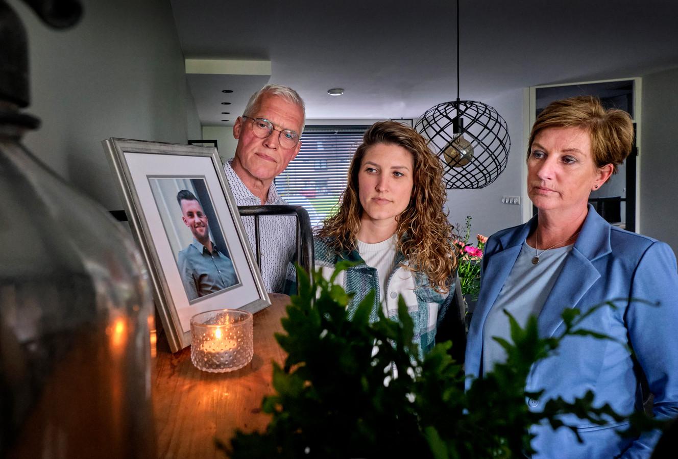 """Jan, Mandy en Ineke Pluijmert bij de foto van hun zoon en broertje. ,,Zoveel mensen waren gek op Paul en hebben hem in hun hart gesloten."""""""
