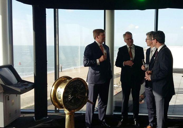 Koning Willem-Alexander in gesprek in het nieuwe gebouw van het Maritiem en Logistiek College De Ruyter in Vlissingen.
