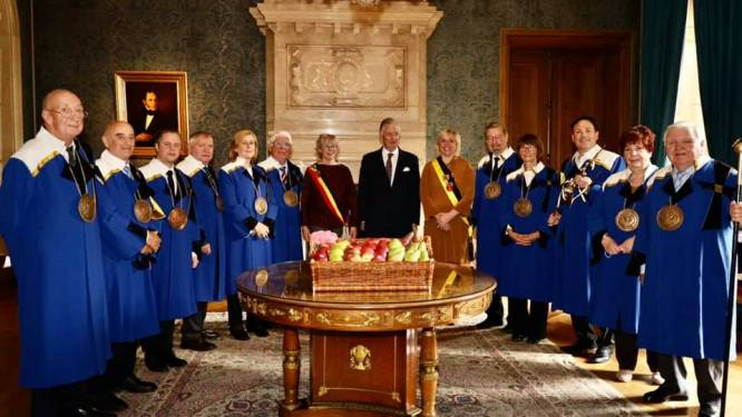 Keizerlijke Commanderie levert fruitmand aan de koning tijdens jaarlijks bezoek
