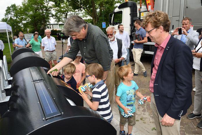Bewoners van Leusden kregen in 2017 onder toeziend oog van de wethouders Erik van Beurden (rechts met bril op het voorhoofd) en Jan Overweg (roze shirt, inmiddels geen wethouder meer) gescheiden afvalinzameling.