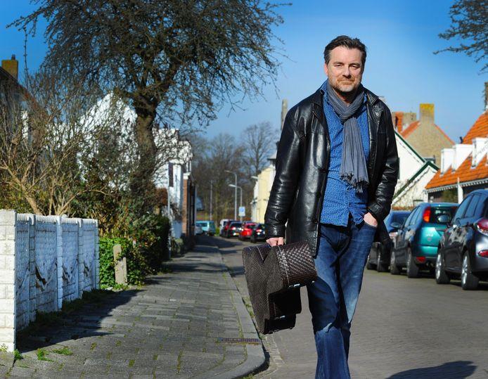 Jan Piet de Klerk  wandelt over de Oude Koudekerkseweg in Middelburg.