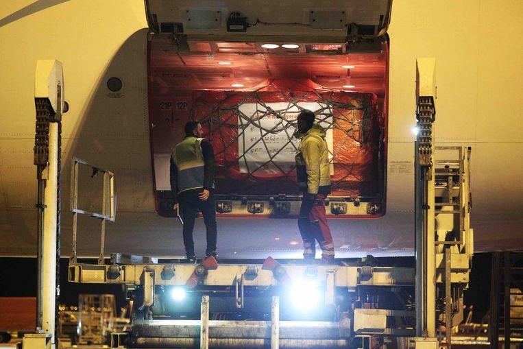 23 maart. In Luik is net een vliegtuig met zes miljoen mondmaskers geland.  Beeld repro Dieter Nijs
