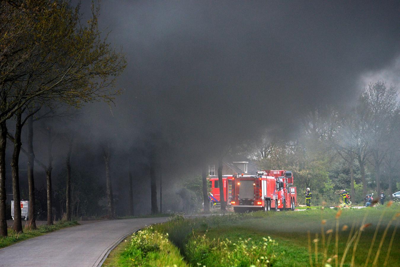 Veel rook bij uitslaande brand bij champignonkweker in Bavel