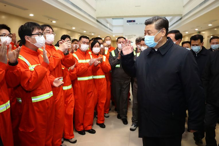 Leider Xi  Jinping tijdens een bezoek aan een haven. Beeld AP