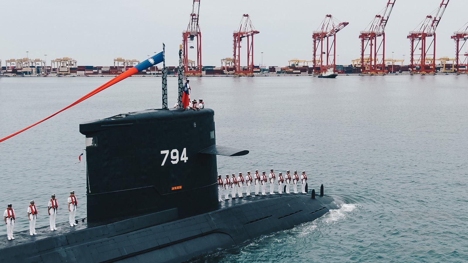 Een Taiwanese onderzeeër van Nederlandse makelij vaart voorbij tijdens een ceremonie na de eerstesteenlegging van een nieuwe scheepswerf. Deze moet vanaf 2024 eigen duikboten opleveren.  (Foto uit mei 2019). De Taiwanese marine beschikt momenteel over vier onderzeeërs.