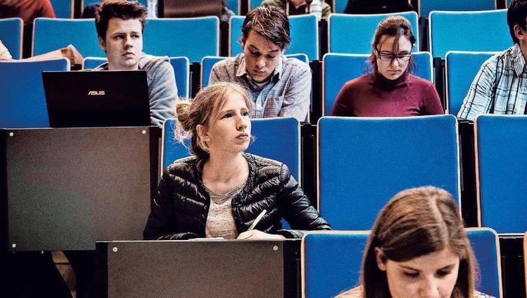 Vlaamse studenten in de aula. Velen moeten van hun hogeschool tientallen euro's voor forfaitaire kosten ophoesten. Beeld © ERIC DE MILDT