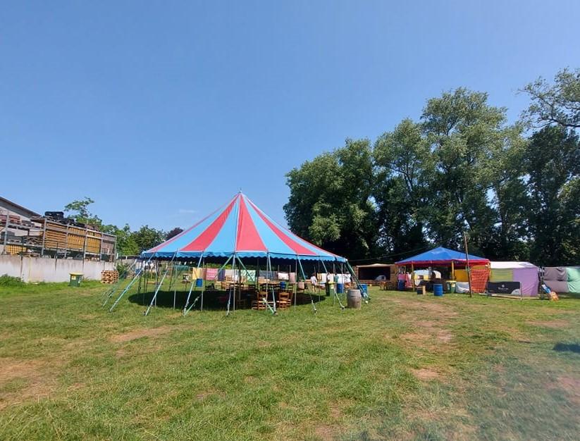 Het Poperingse Bal à Deuse Festival heeft een zomerbar 'Bar-Bàr' geopend op een weide langs de Casselstraat.