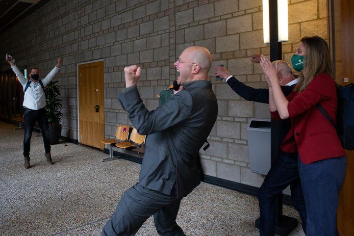 Donald Pols, directeur van Milieudefensie, (in het grijze pak)  schreeuwt het uit na afloop van de zitting.