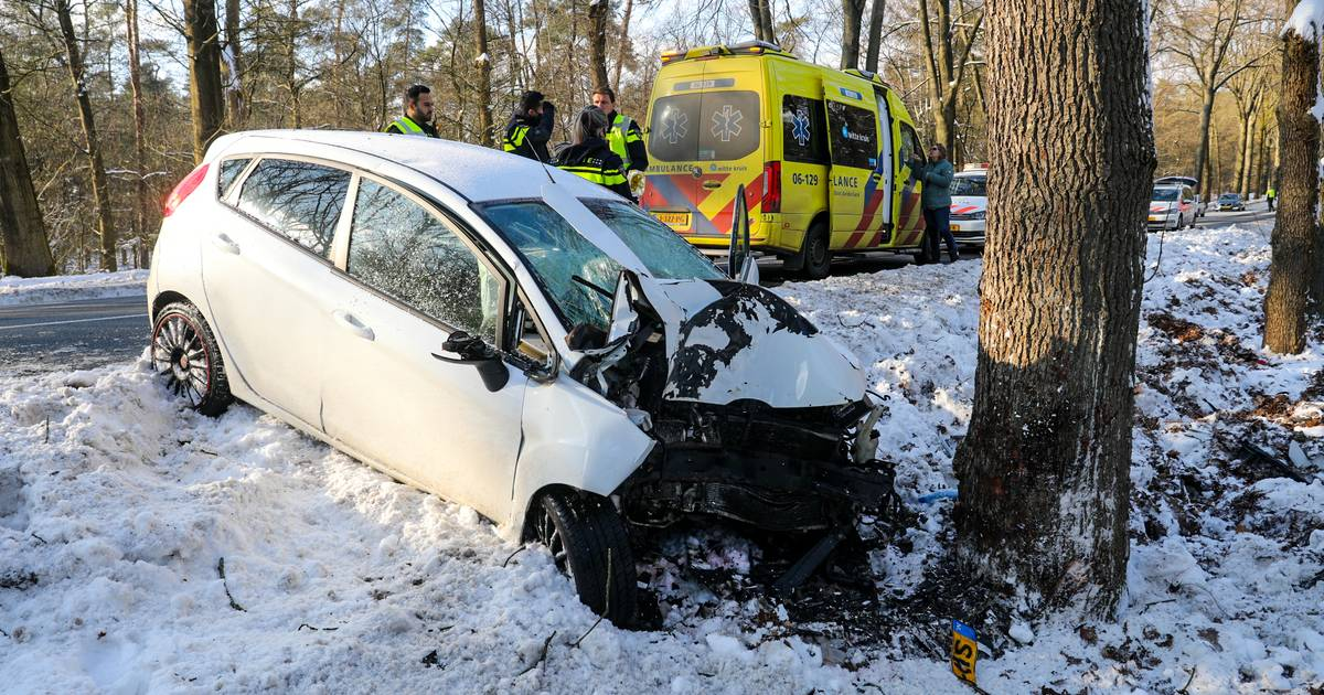 Automobilist bekneld in auto na eenzijdig ongeval op Otterloseweg in Ugchelen.