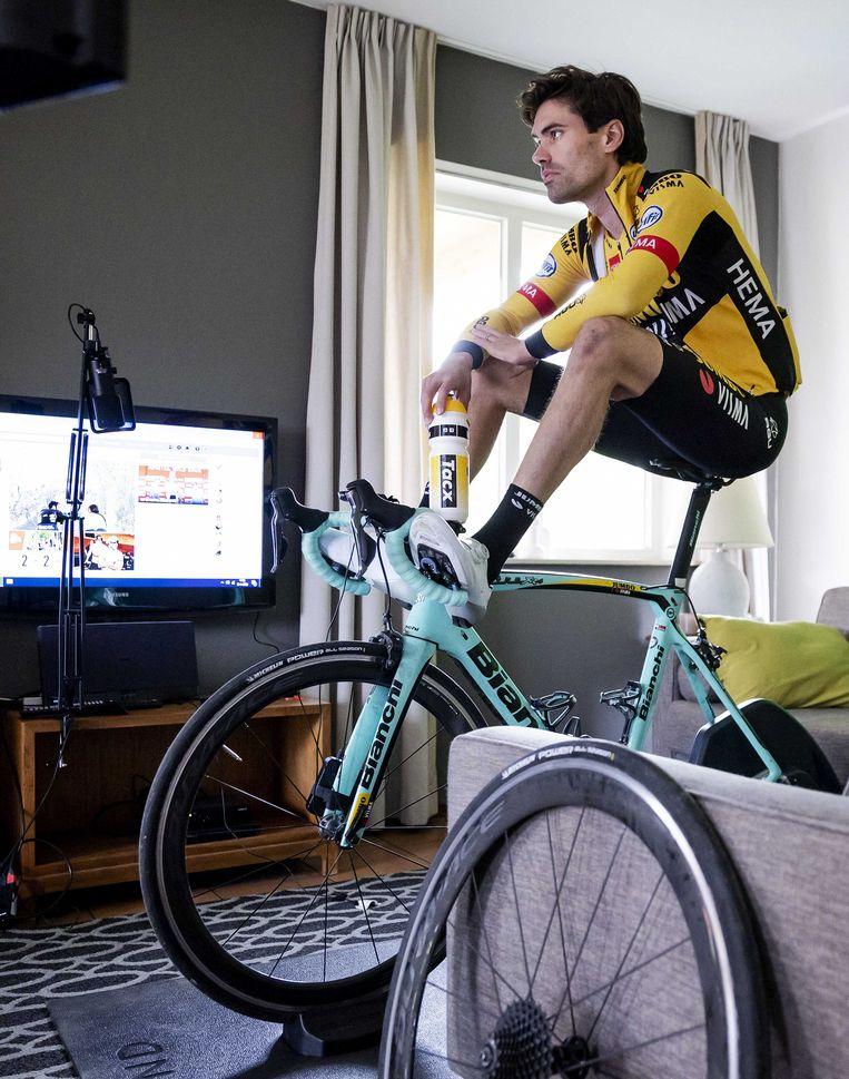 Tom Dumoulin voorafgaand aan de virtuele toertocht van de Amstel Gold Race in een vakantiehuisje in Zuid-Limburg tijdens de eerste lockdown in 2020. Beeld ANP