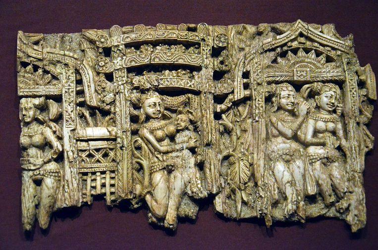 Een ivoren decoratie van een stoel of een troon. Beeld