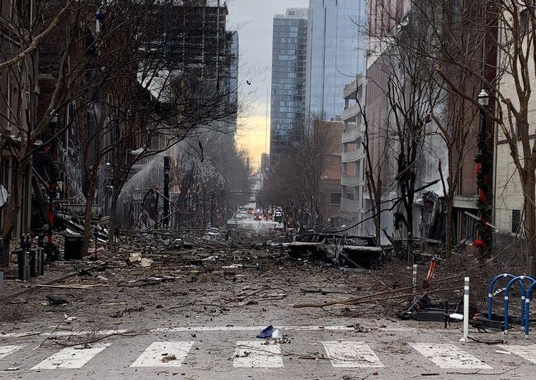 De explosie in Nashville veroorzaakte grote schade. Op beelden is te zien dat de straat vol puin lag. Beeld AFP