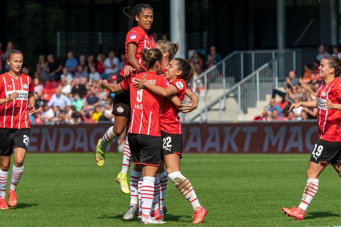 PSV viert de 2-1 van Anika Rodriguez (nummer 22).
