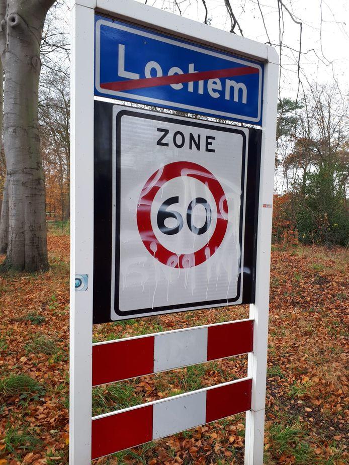 Een 60-kilometerzonebord in Lochem is dit weekend beklad met antisemitische teksten.