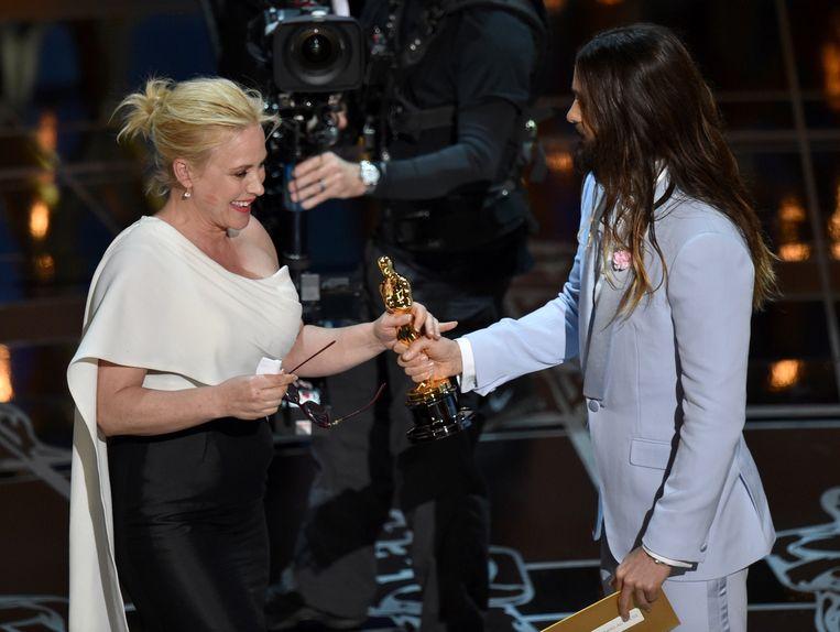 Jared Leto geeft Patricia Arquette een Oscarbeeldje voor beste vrouwelijke bijrol. Beeld AP