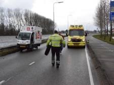 Vrachtwagentje van Picnic verliest wiel in Gouda
