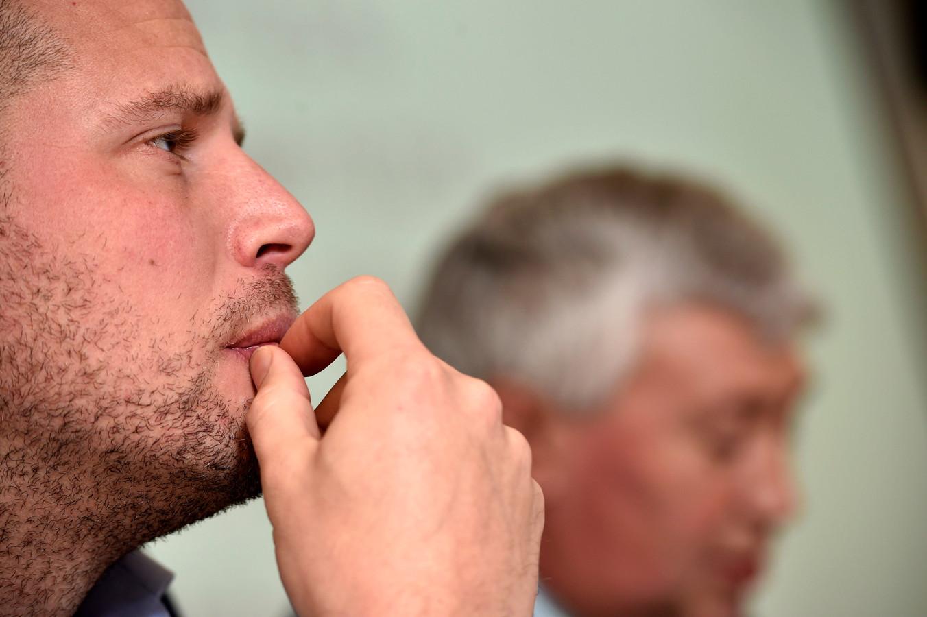 Theo Francken met op de achtergrond Freddy Roosemont, directeur-generaal van de Dienst Vreemdelingenzaken.