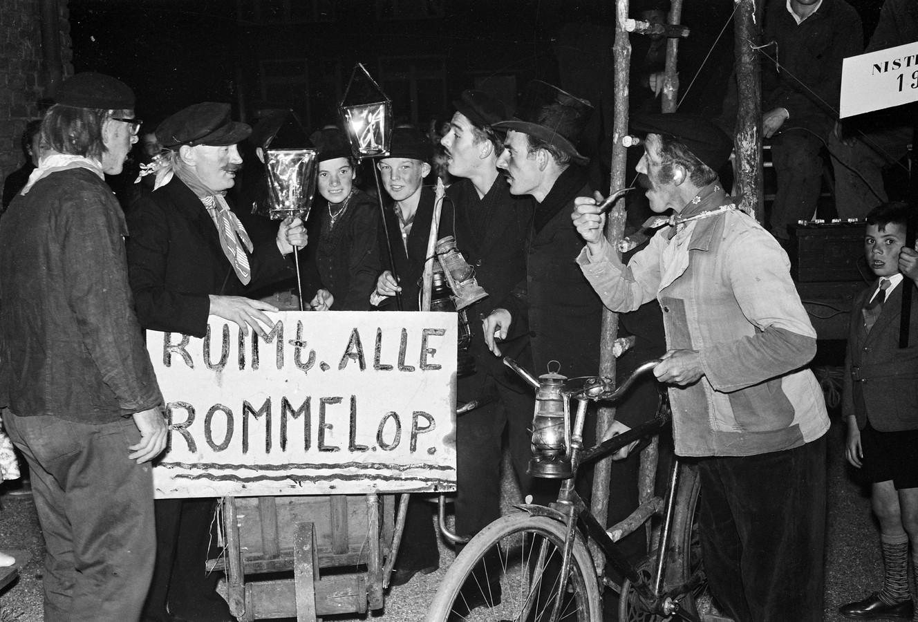 Ludieke actie van jongeren tegen rondslingerende rommel (vermoedelijk rond 1960)