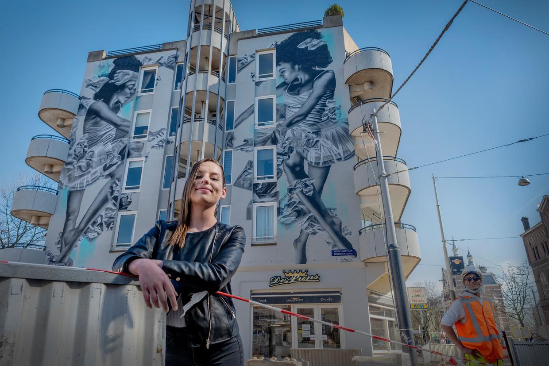 Judith de Leeuw met op de achtergrond haar muurschildering Diversity in bureaucracy.