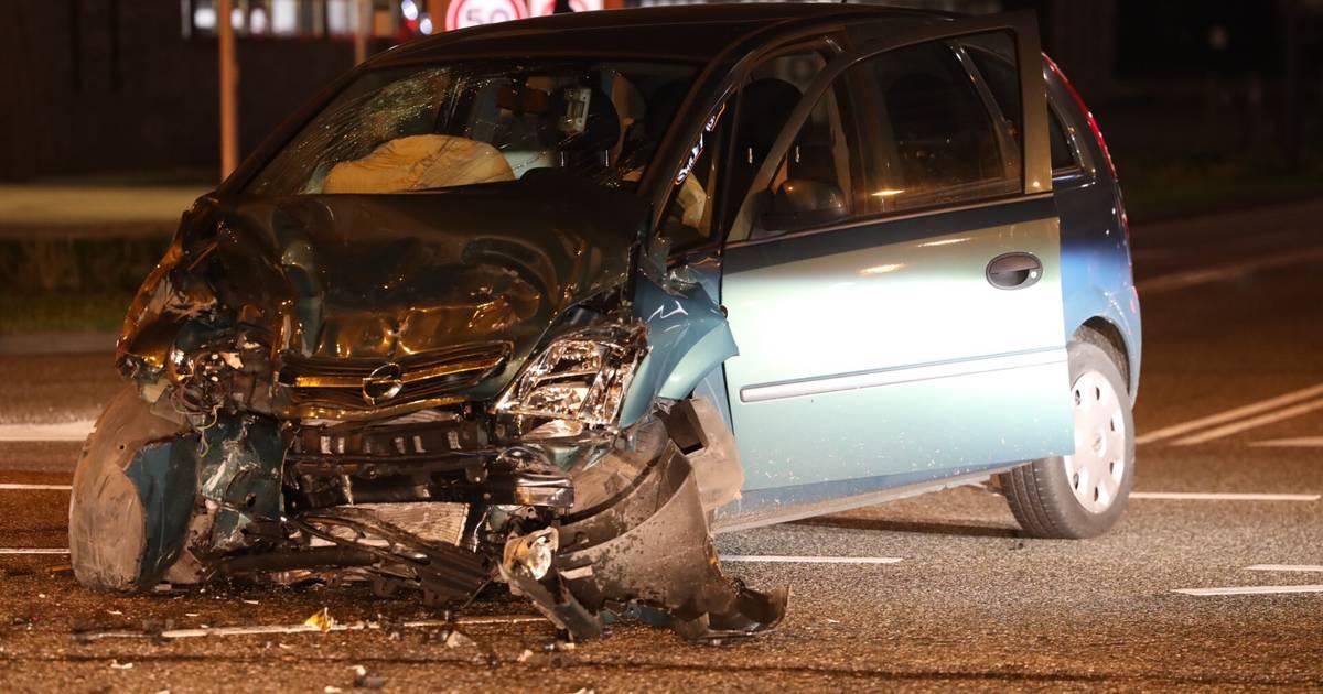 Automobilist bekneld na botsing in Breda: De weg lag vol brokstukken.