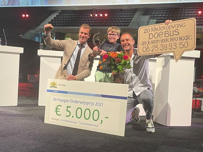 Uitreiking Haagse Onderwijsprijs 2021. Zo Kinderopvang won de prijs voor hun idee de 'doe bus'.