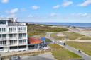 Het uitzicht van de familie Coppejans. Als de plannen doorgaan, vrezen ze alleen nog het strandpaviljoen (rechts) vanuit het appartement te kunnen zien.