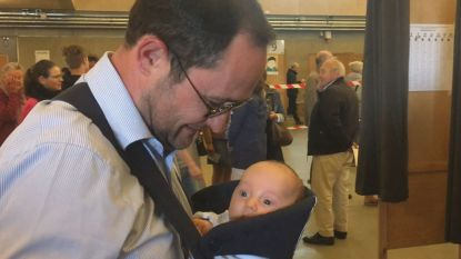 Van Quickenborne brengt baby mee in draagzak