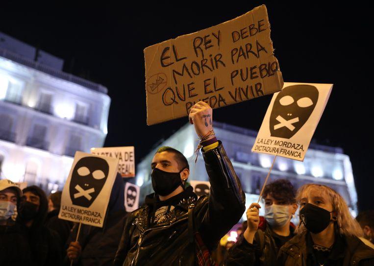In Spaanse steden kwamen mensen de straten op om te protesteren tegen de arrestatie van rapper Pablo Hasél.  Beeld Photo News
