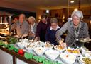 De gratis seniorenmaaltijden in hun hotel leverden de Azimi's veel goodwill op in hun regio.