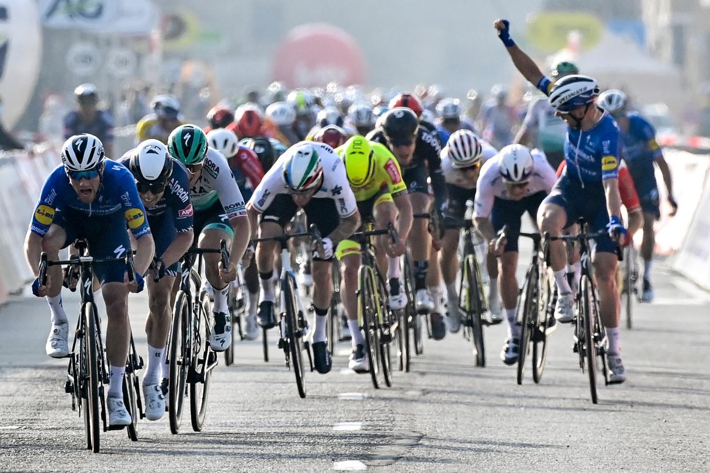 Michael Morkov weet het al: zijn sprintkopman Sam Bennett (Deceuninck-QuickStep) zal Brugge-De Panne winnen. Beeld BELGA