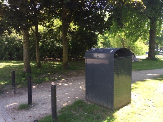 Prullenbak in stadspark Plantsoen in Leiden.