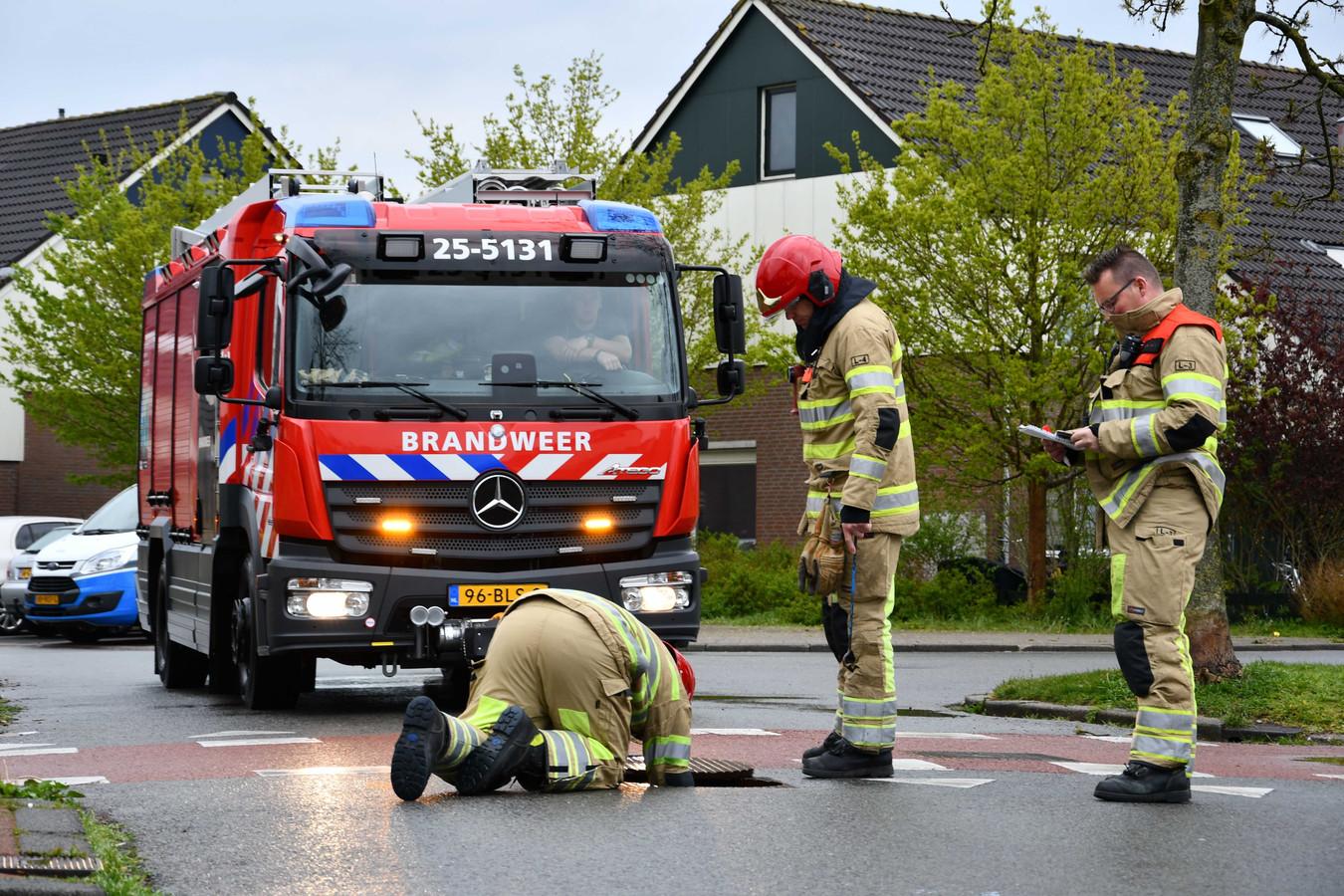 De brandweer inspecteert het riool in de woonwijk Punter in Lelystad.