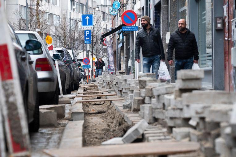 De shoppers in de Handelstraat moeten laveren tussen de stenen en loopplanken