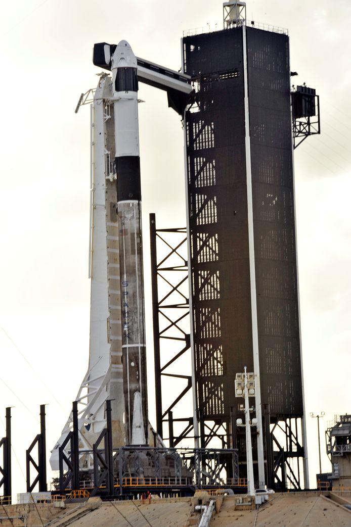 De Falcon 9-raket met de capsule voor bemande ruimtevluchten staat op Cape Canaveral in Florida klaar voor zijn cruciale test. (Foto REUTERS/Steve Nesius)