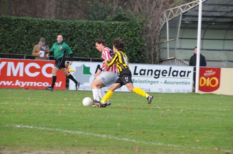 De wedstrijd van DWV tegen Hollandia duurde slechts 73 minuten. Arbiter Sander Ooijkaas had dermate veel last van zijn bilspier dat hij niet verder kon. Foto John Beckman Beeld