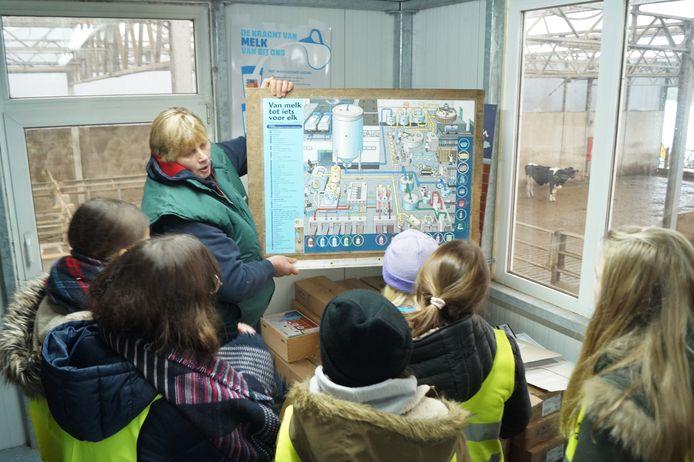 Boerin Christa legt uit hoe de melk verwerkt wordt.