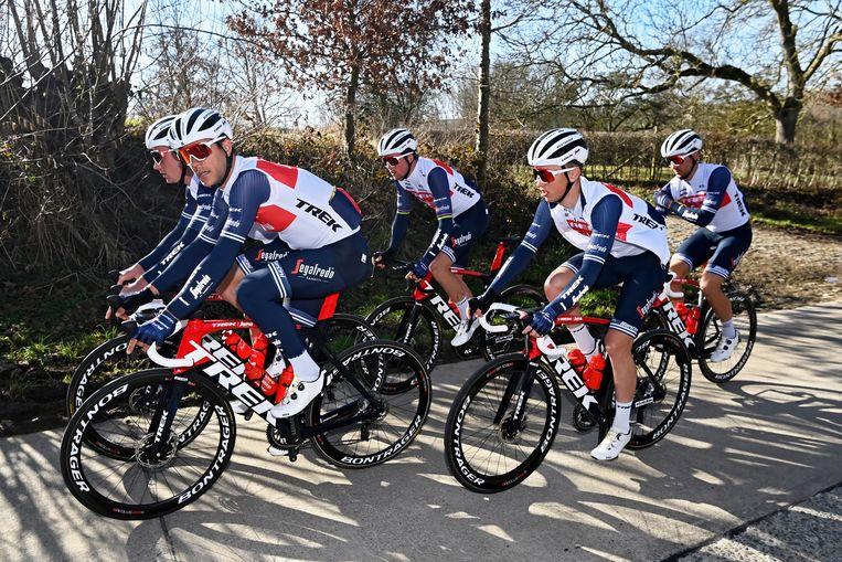 Trek-Segafredo, met onder anderen Mads Pedersen en Jasper Stuyven, rijdt door de Vlaamse Ardennen. Beeld Photo News