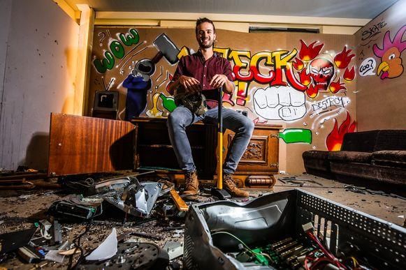 Michael Bernaert in de rage room 'Wreck it' in Brugge.