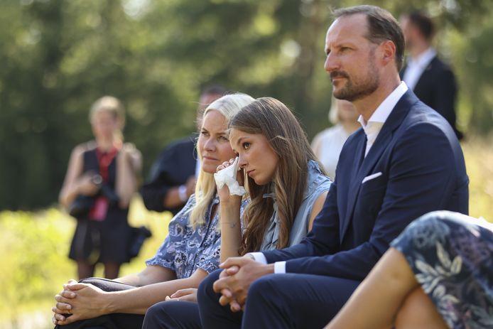 Tijdens hun bezoek aan Utøya legden de leden van de koninklijke familie bloemen bij het gedenkteken voor de aanslag, die afgelopen donderdag 10 jaar geleden plaatsvond.