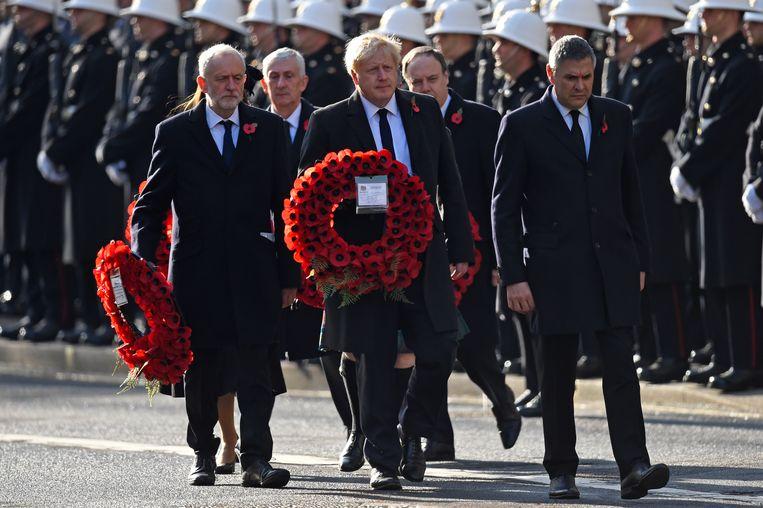 Premier Boris Johnson en Partijleider van de Labour-partij Jeremy Corbyn leggen een krans bij de Remembrance Sunday herdenking Beeld Getty Images